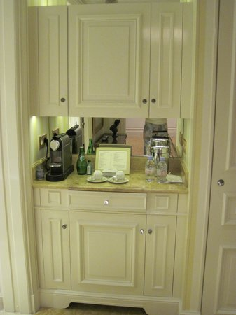 Отель Four Seasons Hotel George V Paris: Mini Bar!
