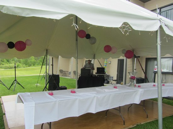 Houghton Lake, MI: Dance floor was set up on the lawn area with DJ and catering as well