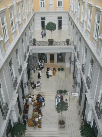 Corinthia Hotel Budapest: Glass covered atrium
