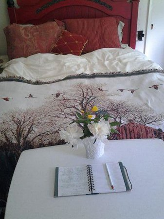 Chardon, OH: AMISH BUILT BED & FRESH FLOWERS
