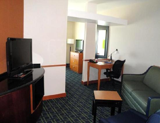 Fairfield Inn & Suites Santa Maria: Jr. Suite, living room area