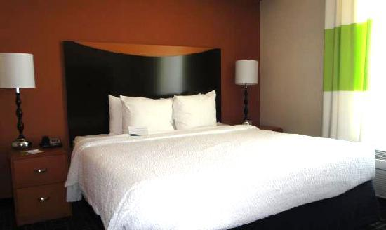 Fairfield Inn & Suites Santa Maria: King bed room