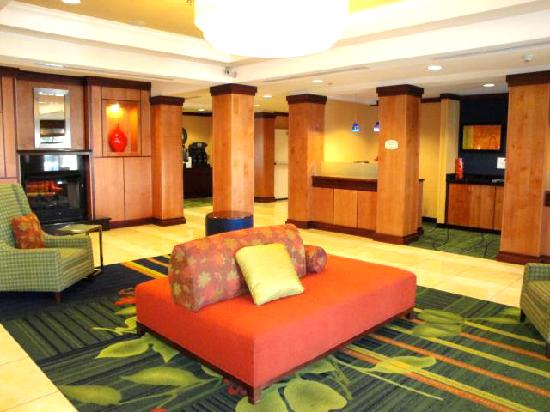 Fairfield Inn & Suites Santa Maria: Front lobby & business center