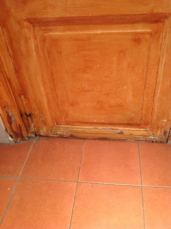 Hotel Saturnia: bathroom door