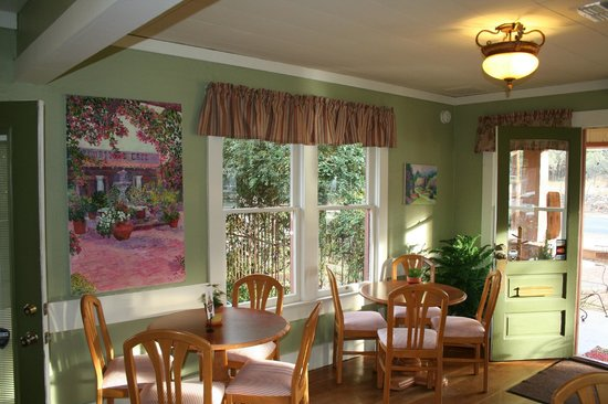 Cottonwood, AZ: Dine in our charming cottage and enjoy our clean and comfortable atmosphere