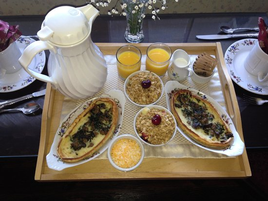 Dennen's Victorian Farmhouse: gourmet breakfast served in your room