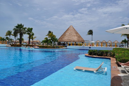 Moon Palace Golf & Spa Resort: Daily goal...dog paddle to the swim up bar