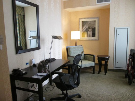 Hilton Garden Inn Jackson Downtown: Sitting Area and Desk