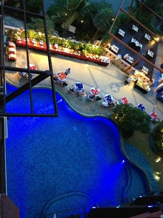 Blue Ocean Resort : Preparings for BBQ at the poolside