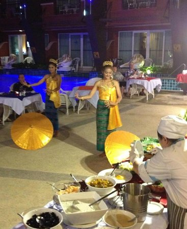 Blue Ocean Resort : Thai dancers at the BBQ