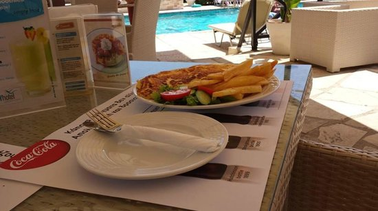 Lucky Hotel Apartments: Lunch at the pool.