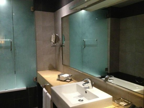 TIME Grand Plaza Hotel: Bathroom with aminities