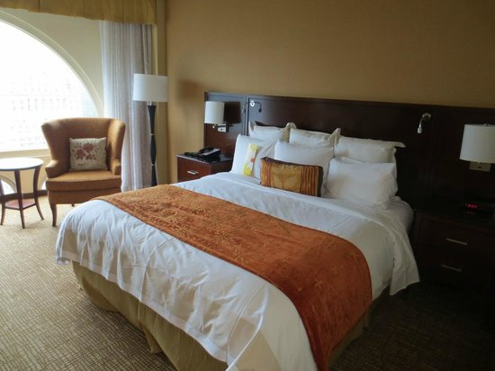 Marriott Chateau Champlain: King bed