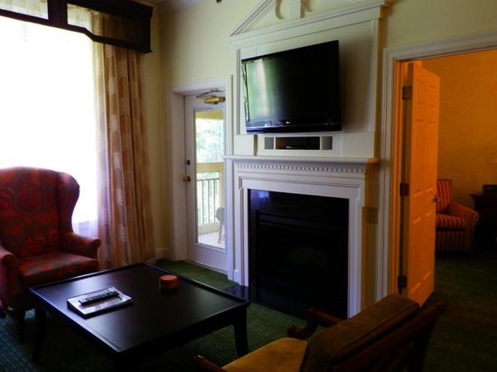 Marriott's Manor Club at Ford's Colony: Living room tv and fireplace