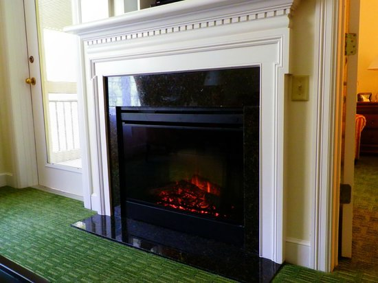 Marriott's Manor Club at Ford's Colony: Fireplace