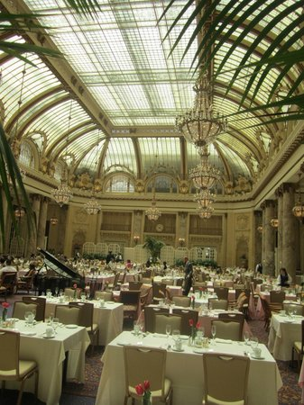 Palace Hotel: Beautiful Garden Court for breakfast!