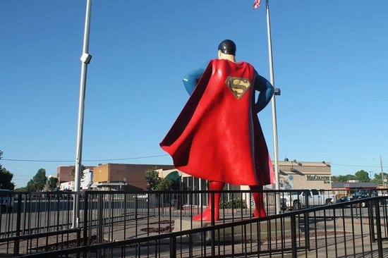Metropolis, IL: Superman looking north toward the Lois Lane statue