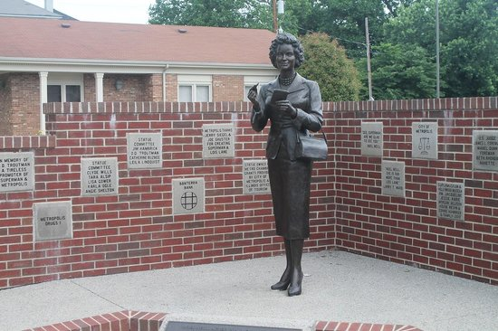 Metropolis, IL: Lois Lane statue two blocks north