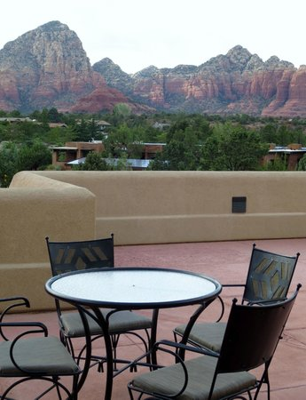 BEST WESTERN PLUS Inn of Sedona: Shared Patio with table & chairs outside our room. We friended our next door neighbors from Germ