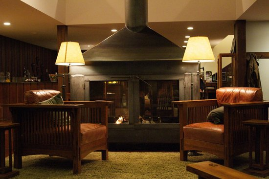 Brewery Gulch Inn: THE log burner in the great room