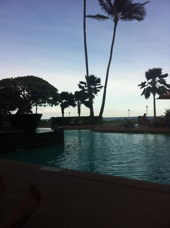 Courtyard by Marriott Kauai at Coconut Beach: Pool View at Dusk