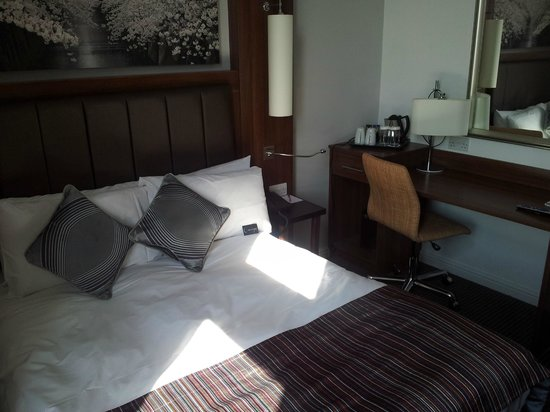 Mercure Darlington Kings Hotel: bed and work station