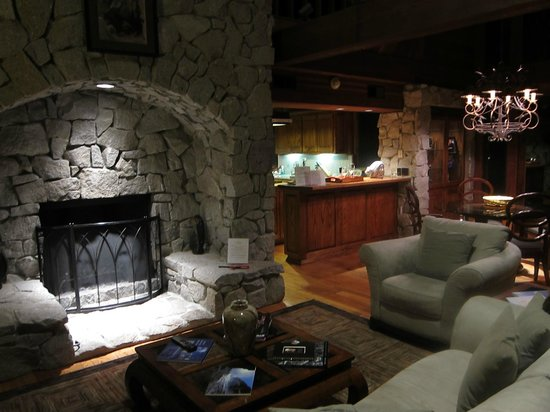 Fish Camp, Kalifornia: the great room with fireplace (so relaxing with a glass of wine at night)