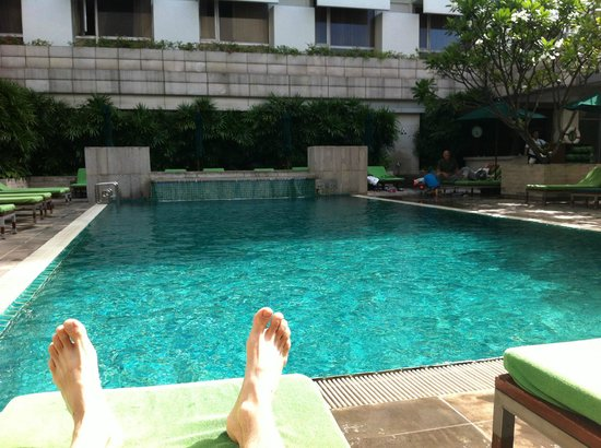Holiday Inn Bangkok: Relaxing by the pool.