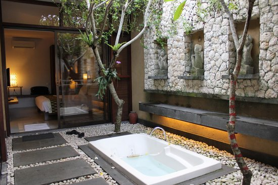 Ubud Green: Foyer with outside bath