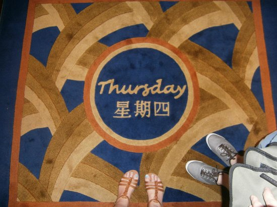 Kowloon Shangri-La Hong Kong: They change the mats in the lift everyday!