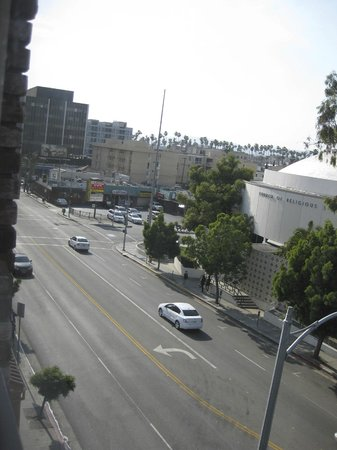 Howard Johnson Los Angeles/Near Convention Center: View of W. 6th Avenue from Room Window