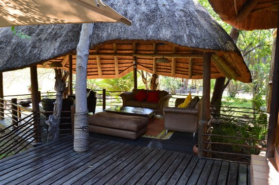 Balule Private Game Reserve, Sudáfrica: Outdoor lounge area: that's where I learned how to play backgammon!