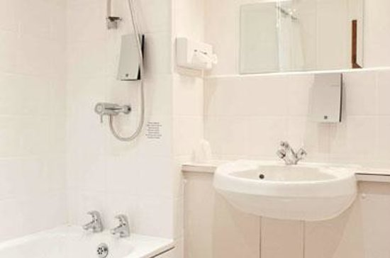 Oakley, UK: Bathroom at the Innkeeper's Lodge Basingstoke