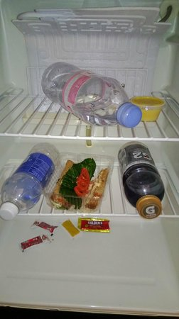 Rio All-Suite Hotel & Casino: Fridge not cleaned - This is how housekeeping left it for the next guest!