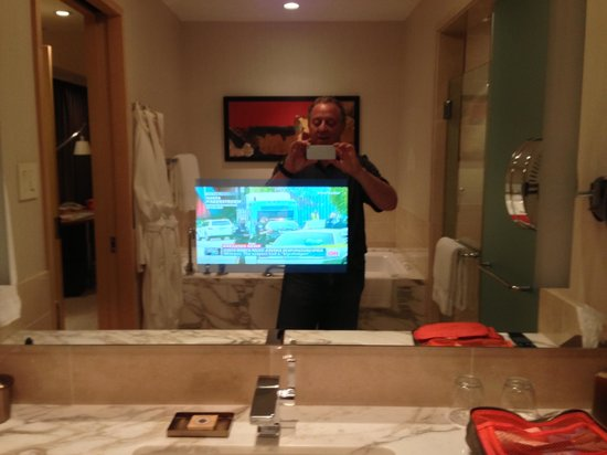 Four Seasons Hotel Seattle: TV in mirror