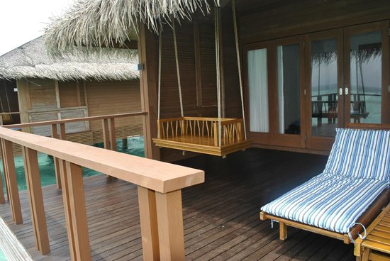 Medhufushi Island Resort: The porch and swing in the villa