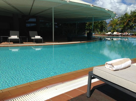 Hilton Cairns: The pool, nice, but not enough loungers