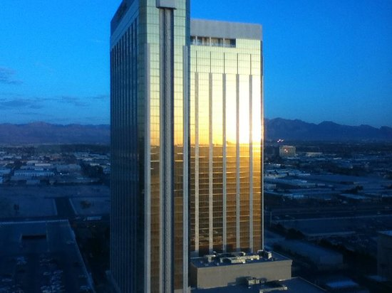"Mandalay Bay Resort & Casino: Sunrise on ""The Hotel"" Tower"