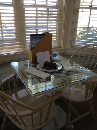 Chatham Bars Inn Resort and Spa: chocolate dipped strawberries... a gift for our anniversary