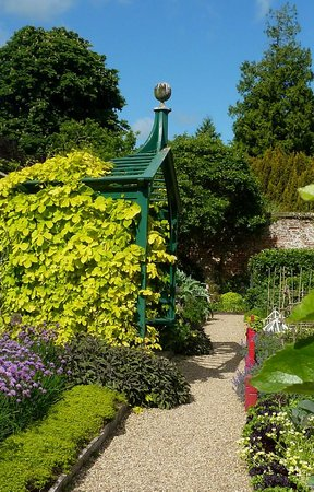 Henley-on-Thames, UK: One of the small garden areas