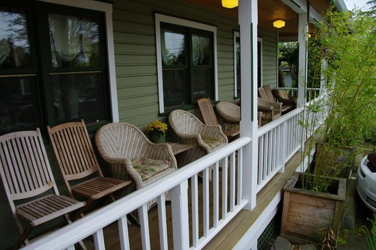 The Wild Iris Inn: Front porch with wicker chairs!