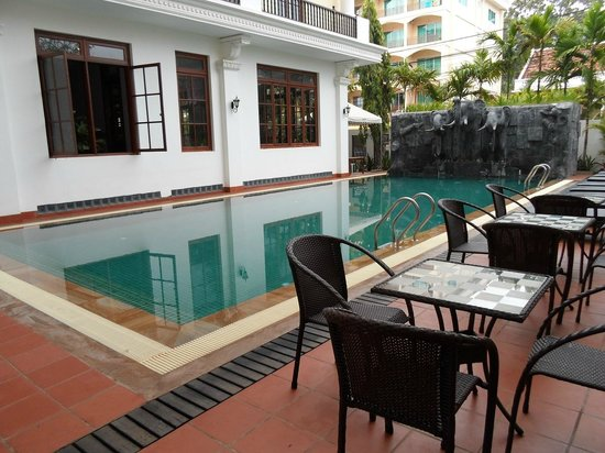 Royal Crown Hotel: pool side