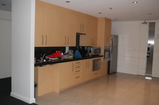 Meriton Serviced Apartments World Tower: Wheelchair Height Kitchen