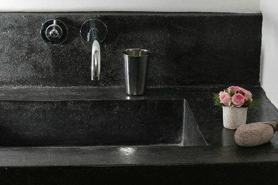 lavabo en b ton cir photo de la maison de catherine. Black Bedroom Furniture Sets. Home Design Ideas