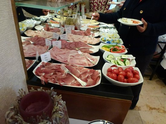 ‪‪Small Luxury Hotel Das Tyrol‬: breakfast buffet, cold cuts table‬