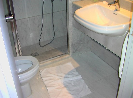 City Hotel Thessaloniki: The small bathroom for not than one person