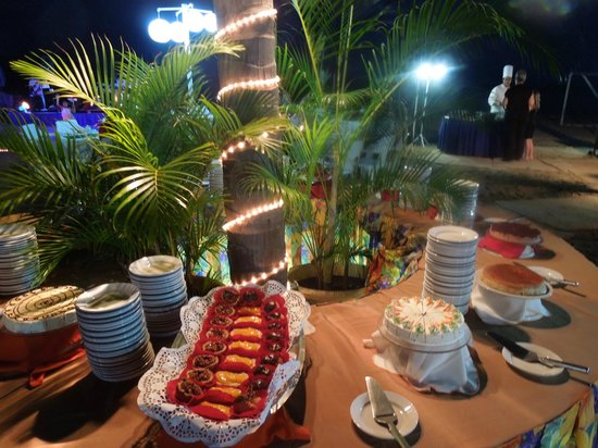 Friendly Vallarta Resort: Desserts at the Beach Dinner