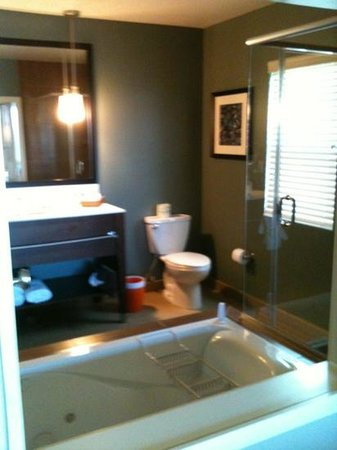 The Coho Oceanfront Lodge: bathroom in jetted tub flora studio room
