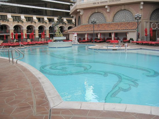 Peppermill Resort Spa Casino: Upper outdoor pool area