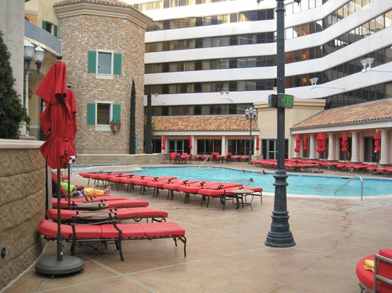 Peppermill Resort Spa Casino: Lower outdoor pool area